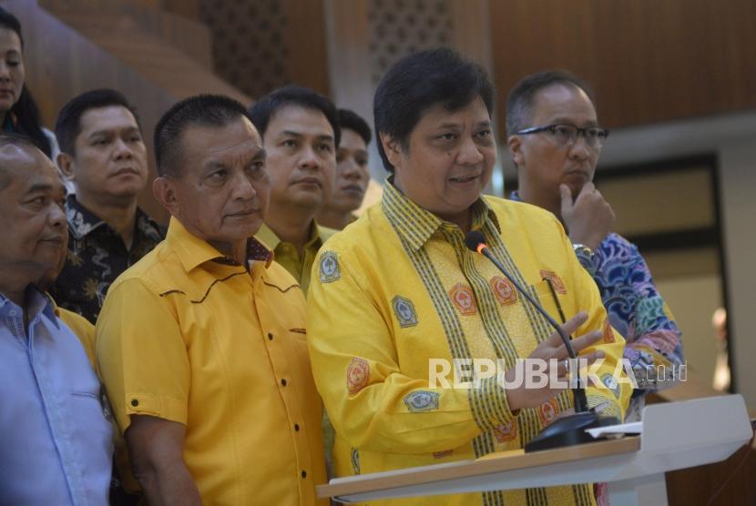 Ketua Umum Partai Golkar Airlangga Hartarto didampingi para pengurus partai memberikan keterangan terkait pelaksanaan pilkada serentak 2018 di Kantor DPP Partai Golkar, Jakarta, Senin(25/6).