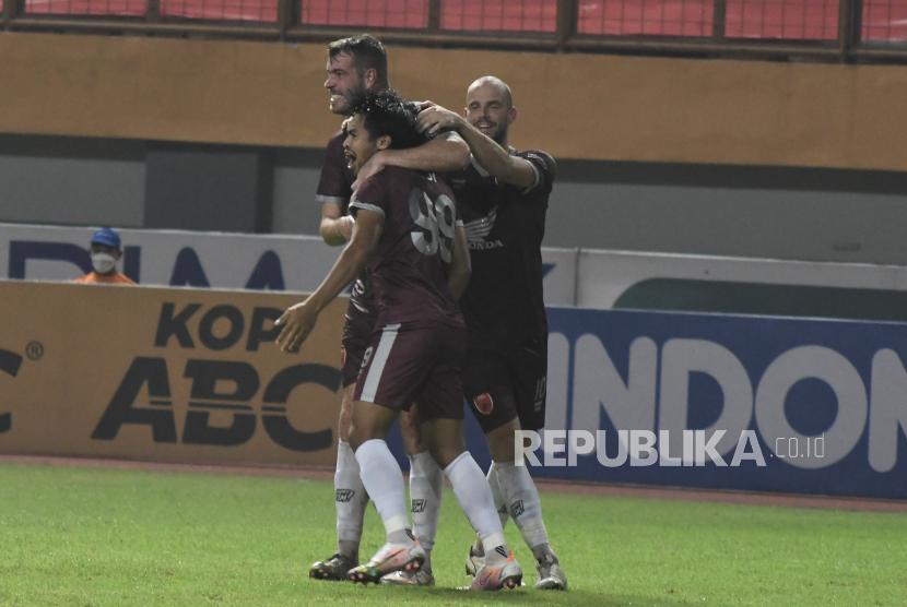 Sejumlah pesepak bola PSM Makassar melakukan selebrasi usai gol yang dicetak Saldy (tengah) pada lanjutan Liga 1  melawan Persib Bandung di Stadion Wibawa Mukti, Kabupaten Bekasi, Jawa Barat, Sabtu (2/10/2021). Pertandingan berakhir dengan skor 1-1.