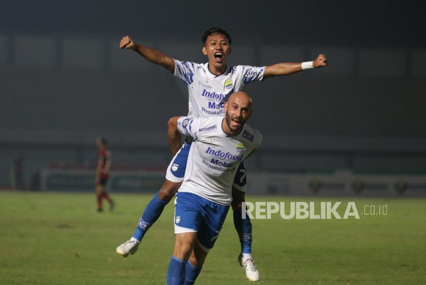 Pesepak bola Persib Bandung Beckham Putra melakukan selebrasi usai mencetak gol ke gawang Bali United dalam laga lanjutan Liga 1 2021-2022 di Stadion Indomilk Arena, Tangerang, Banten, Sabtu (18/9/2021).