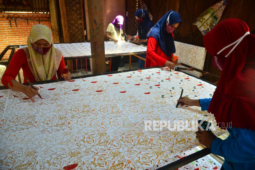 Perajin menyelesaikan pembuatan kain batik (ilustrasi). BBKB di Yogyakarta telah menyelenggarakan pelatihan kepada perajin yang tergabung dalam Asosiasi Perajin Batik Jawa Timur (APBJ).