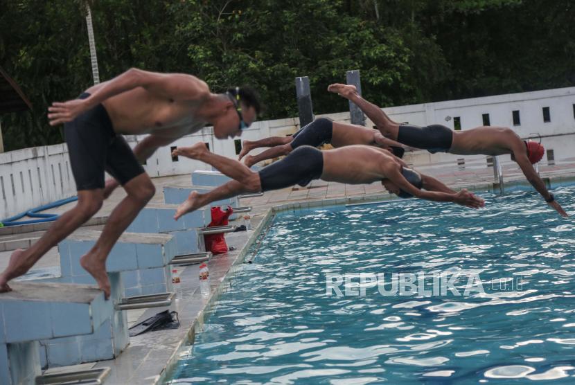 Atlet renang National Paralympic Comitte (NPC) Kalimantan Tengah mengikuti pemusatan latihan daerah (pelatda) di kolam renang Isen Mulang, Palangkaraya, Kalimantan Tengah, Senin (27/9/2021). Tim renang NPC Kalteng akan menurunkan enam atlet dengan menargetkan perolehan medali pada Pekan Paralimpik Nasional (Peparnas) XVI di Papua pada November 2021.