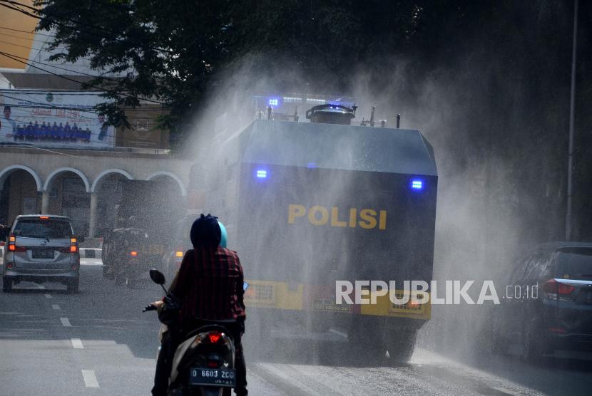 Dengan menggunakan kendaraan taktis, petugas kepolisian dari Polrestabes Bandung berkeliling Kota mengingatkan warga agar tidak abai protokol kesehatan (Prokes), sosialisasi penutupan jalan sekaligus penyemprotan disinfektan, Jumat (18/6). Melonjaknya kasus Covid-19 di Kota Bandung, membuat semua unsur terkait melakukan upaya penanganan dan pencegahan untuk mecegah kasus positif Covid-19 di Kota Bandung tidak semakin meningkat.