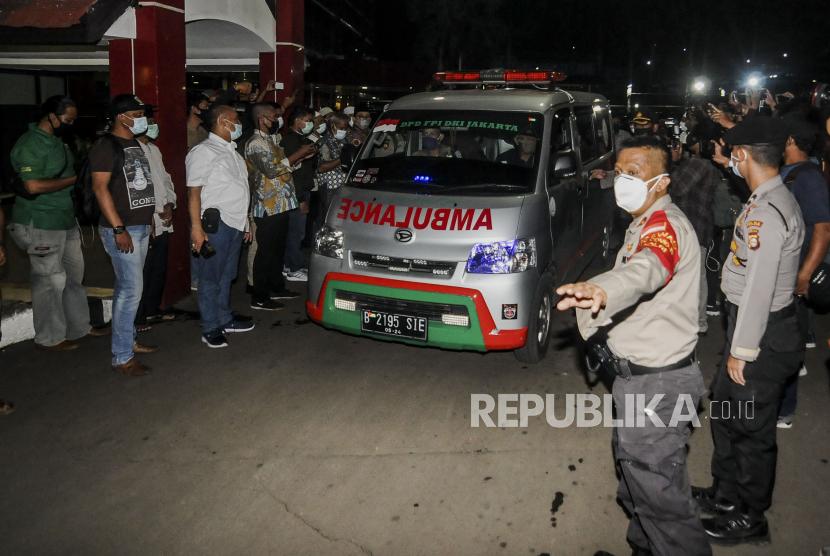 Mobil ambulans yang membawa jenazah laskar FPI saat akan meninggalkan RS Polri Kramat Jati di Jakarta, Selasa (8/12). Jenazah laskar FPI yang ditembak di Tol Jakarta-Cikampek itu diserahkan kepada pihak keluarga untuk dibawa ke rumah duka. Republika/Putra M. Akbar