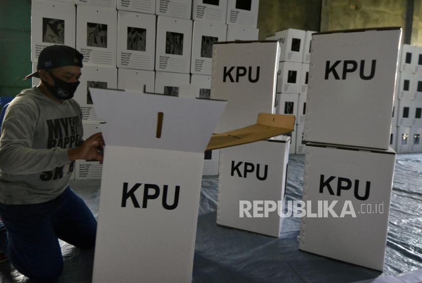 Pekerja merakit kotak suara untuk Pemilihan Kepala Daerah (Pilkada) - ilustrasi