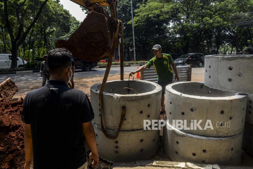 Pekerja saat menyelesaikan pembuatan sumur resapan di kawasan Kebayoran Baru, Jakarta, Selasa (12/10). Dinas Sumber Daya Air (SDA) DKI Jakarta sudah mengerjakan 6.230 titik sumur resapan dari target 22.292 titik pada tahun 2021 yang bertujuan untuk mengurangi titik genangan saat musim hujan. Republika/Putra M. Akbar