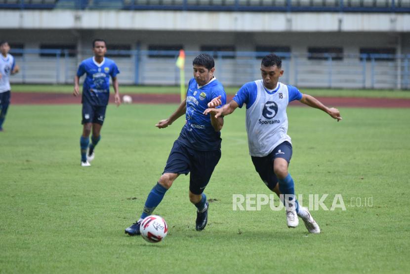 Pelatih Tim Persib memantau latihan di Stadion Gelora Bandung Lautan Api (GBLA), Sabtu (6/3). Persib Bandung terus menggenjot persiapan menjelang pelaksanaan Turnamen Piala Kemenpora 2021.