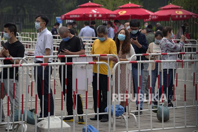 Warga mengenakan masker untuk membantu mengekang penyebaran virus corona antrean menerima vaksin Sinopharm COVID-19 di Central Business District di Beijing, Rabu, 2 Juni 2021.