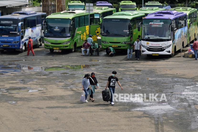 Calon penumpang berjalan menuju bus yang akan dinaikinya di Terminal Induk Rajabasa Bandar Lampung, Lampung.