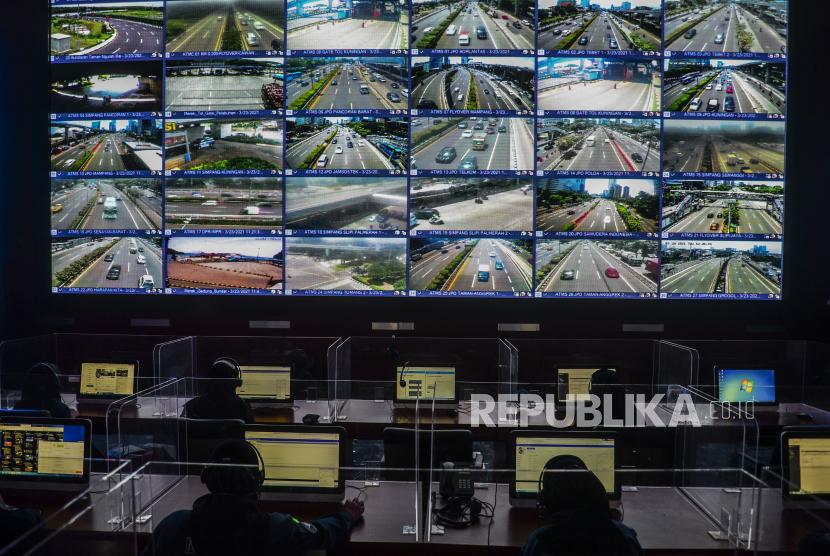 Petugas memantau layar yang menampilkan suasana arus lalu lintas yang terekam kamera tilang elektronik atau Electronic Traffic Law Enforcment (ETLE). ilustrasi