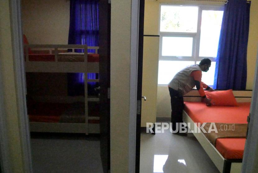 Petugas memeriksa kelengkapan selter khusus untuk pasien Covid-19 di Rusunawa Bener, Yogyakarta. (ilustrasi)