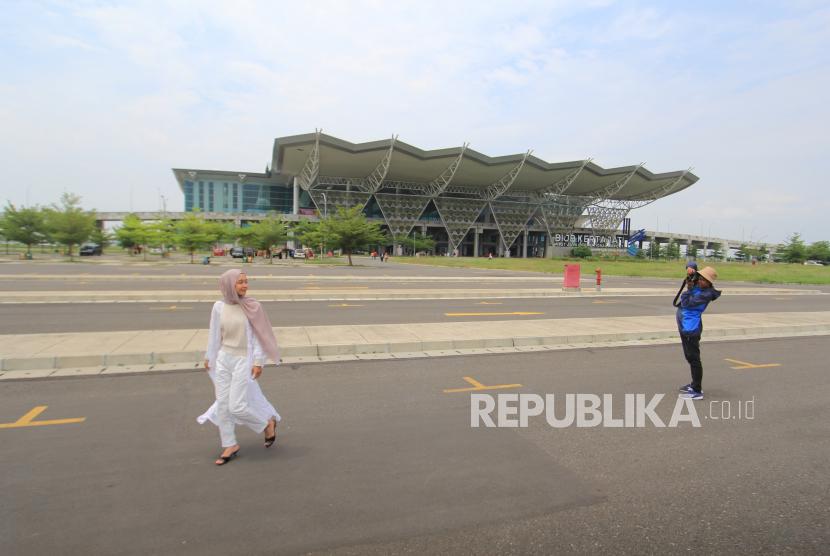 Pengunjung berfoto di kawasan bandara Kertajati Majalengka, Jawa Barat
