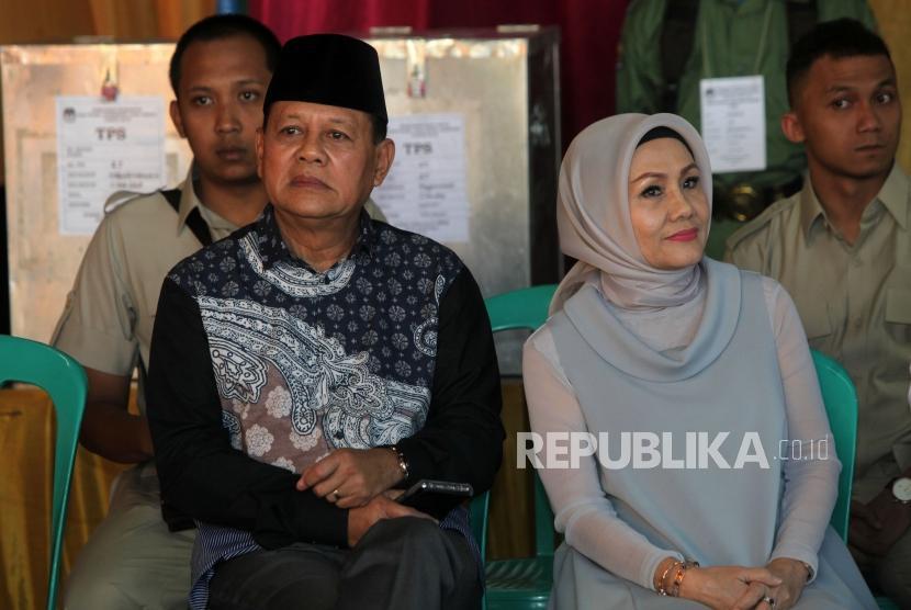 Calon gubernur Jawa Barat Sudrajat bersama istri, Sally Salziah, bersiap melakukan pencoblosan di TPS 27, Cikeundi, Bandung, Jawa Barat, Rabu (27/6).
