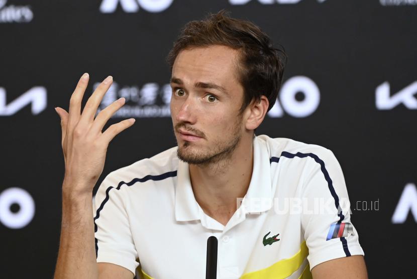 Sikap Daniil Medvedev dari Rusia saat konferensi pers setelah kekalahannya di final tunggal putra dari Novak Djokovic dari Serbia pada kejuaraan tenis Australia Terbuka di Melbourne, Australia, Minggu, 21 Februari 2021.