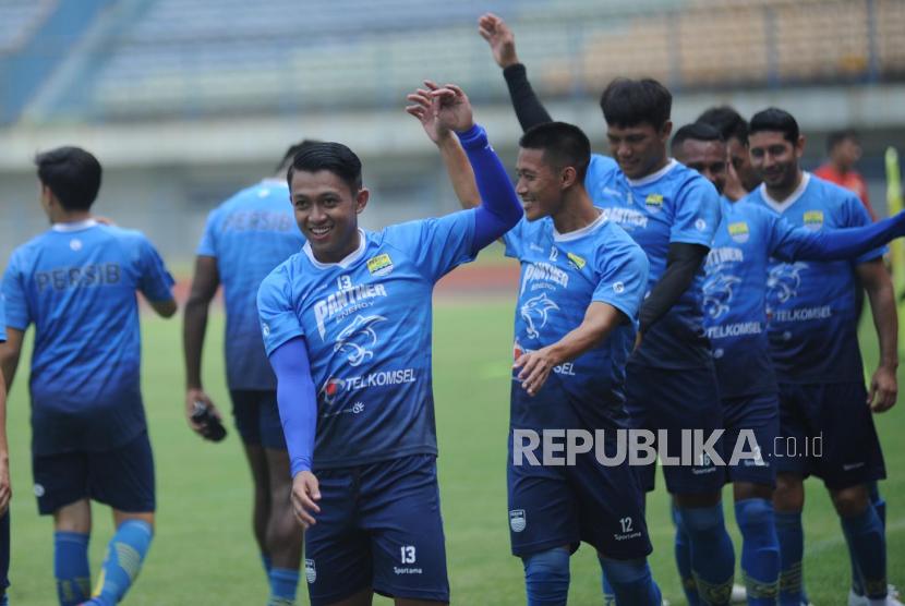 Tim Persib  menjalani latihan di Stadion Gelora Bandung Lautan Api (GBLA) menyambut pelaksanaan Turnamen Piala Menpora, Bandung, Kamis (4/3).