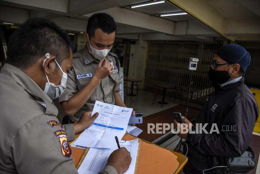 Petugas keamanan memeriksa sertifikat vaksin Covid-19 pengunjung yang hendak memasuki Balubur Town Square (Baltos), Jalan Tamansari, Kota Bandung, Selasa (3/8). Sejumlah pusat perbelanjaan di Kota Bandung mewajibkan pengunjung dan pedagang untuk menunjukkan sertfikat vaksinasi Covid-19 sebagai upaya pencegahan penularan Covid-19 dan mendukung Pemberlakuan Pembatasan Kegiatan Masyarakat (PPKM) Level 4 di Kota Bandung. Foto: Republika/Abdan Syakura