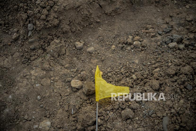 Bendera kuning tergeletak  di TPU khusus Covid-19. (ilustrasi)