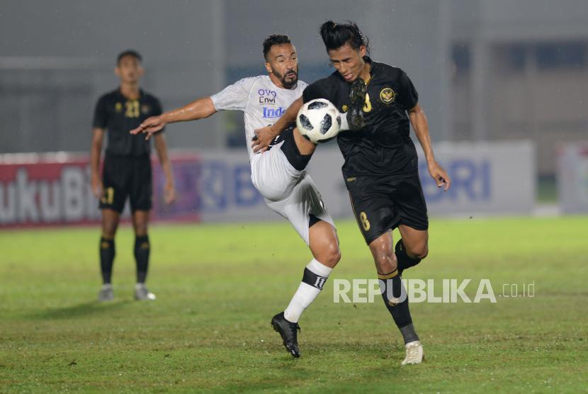 Mantan gelandang Bali United Diego Assiss (tengah).