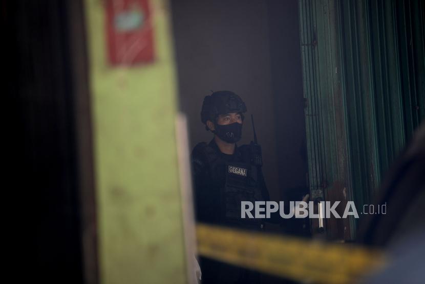 Petugas kepolisian berjaga di sebuah rumah sekaligus showroom mobil terduga teroris di kawasan Condet, Jakarta, Senin (29/3). Petugas kepolisan mengamanakan 2 orang dari lokasi tersebut.Prayogi/Republika.
