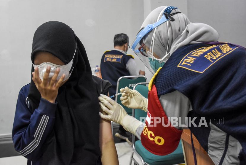 Kota Tangerang menargetkan 70 persen warganya jalani vaksinasi Covid-19.