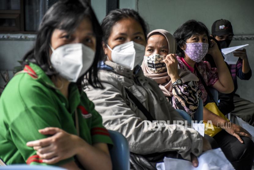 Sejumlah guru dan tenaga pendidik menunggu giliran untuk menjalani pemeriksaan kesehatan sebelum disuntik vaksin Covid-19 (ilustrasi)