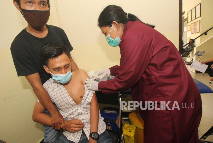 Petugas kesehatan melakukan vaksinasi COVID-19 kepada pekerja sektor pariwisata di Puskesmas Rangkah, Surabaya, Jawa Timur, Rabu (2/6/2021). Para pekerja sektor pariwisata di Surabaya menjalani vaksinasi COVID-19 sebagai upaya penanggulangan pandemi COVID-19.