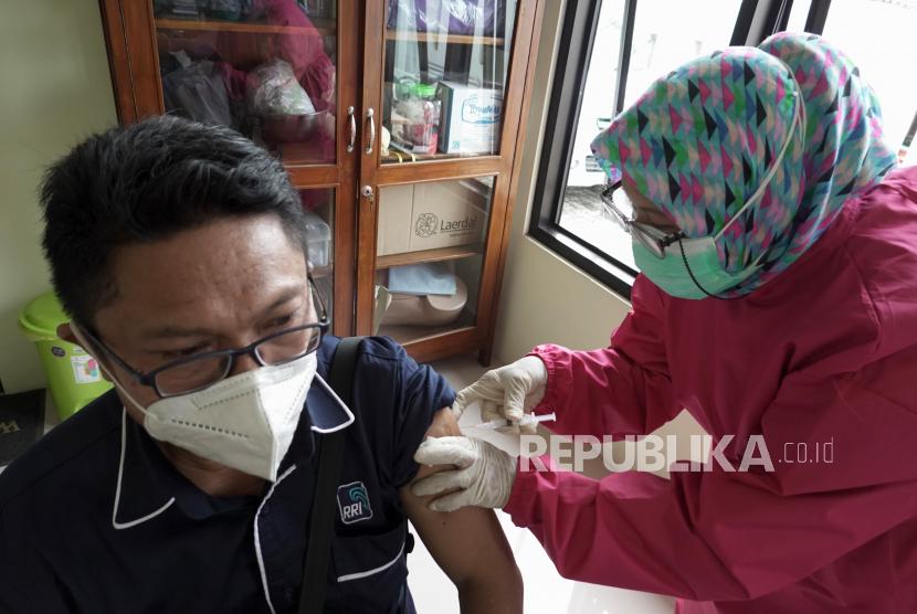 Petugas menyuntikan vaksin COVID-19 kepada wartawan di Pukesmas Purwokerto Barat, Banyumas, Jateng, Kamis (25/2/2021). Sejumlah wartawan di Kabupaten Banyumas, Jateng, mengikuti vaksinasi COVID-19 tahap dua termin pertama yang ditujukan bagi kelompok pelayanan publik seperti Polri, Aparatur Sipil Negara, Satpol PP,  dan Wartawan.