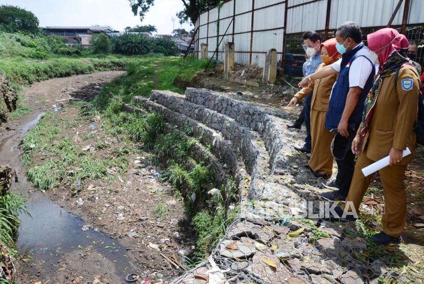 Wakil Wali Kota Bandung Yana Mulyana meninjau kolam retensi di Jalan Bima, Senin (19/4/2021).