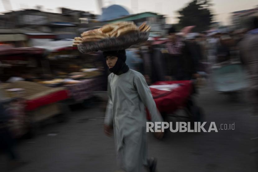 Seorang penjual roti berjalan-jalan di pasar di Kota Tua Kabul, Afghanistan, Selasa, 14 September 2021. Dikhawatirkan Afghanistan dapat semakin terjerumus ke dalam kelaparan dan keruntuhan ekonomi setelah kekacauan bulan lalu, yang menyebabkan Taliban menggulingkan pemerintah di sapuan kilat saat pasukan AS dan NATO keluar dari perang 20 tahun.