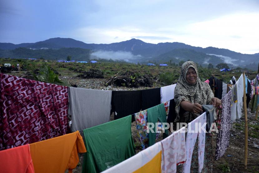 Warga korban banjir bandang beraktivitas di lokasi pengungsian di Perbukitan Desa Meli, Kecamatan Baebunta, Kabupaten Luwu Utara, Sulawesi Selatan, Kamis (16/7/2020). Ratusan pengungsi masih bertahan berada di pengungsian di daerah ketinggian diakibatakan rumah mereka hancur diterjang banjir bandang sementara di sejumlah titik pengungsian sangat membutuhkan air bersih untuk keperluan sehari-hari.