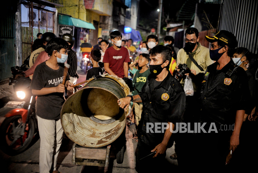 Warga melakukan takbir keliling di perkampungan Sawah Besar, Jakarta, Rabu (12/5).  Aktivitas takbir keliling tersebut dilakukan dalam rangka menyambut Hari Raya Idulfitri 1442 Hijriah.