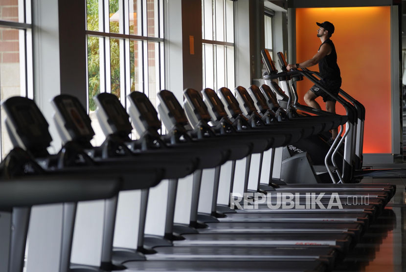 Evan Leedy berolahraga di tempat kebugran. studi menunjukkan bahwa perbaikan pada kebugaran kardiorespirasi dan aktivitas fisik tampak lebih efektif bagi individu dengan obesitas