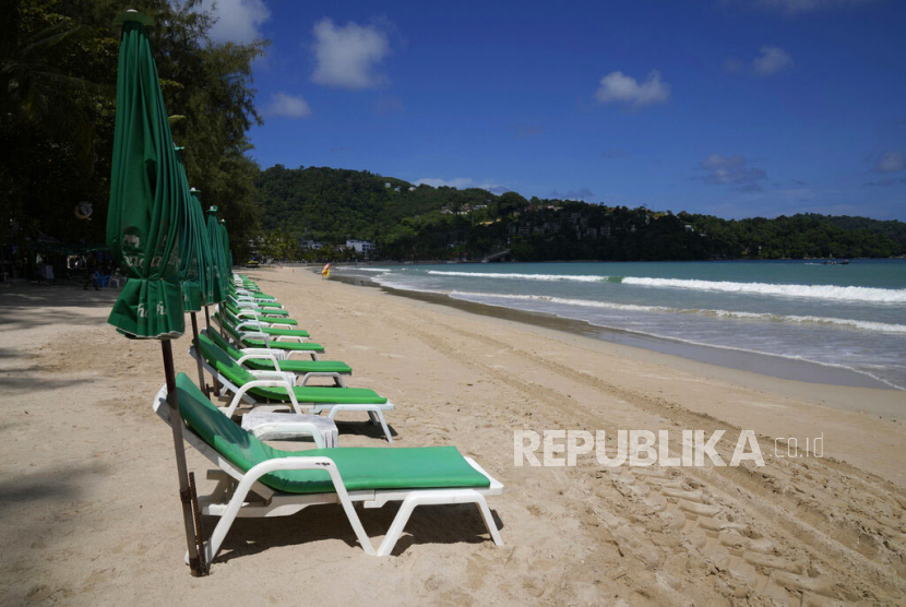 Thailand Buka Kembali untuk Pengunjung Telah Divaksinasi. Deretan kursi pantai kosong di Pantai Wisata Patong, Phuket, Thailand.