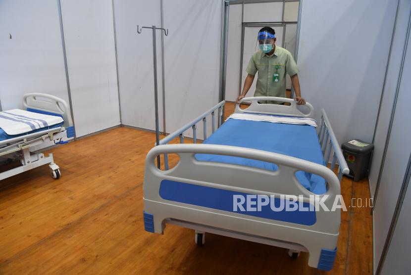 Pekerja merapikan tempat tidur di Sarana Olaraga Tri Dharma yang dijadikan ruang isolasi mandiri COVID-19 di Gresik, Jawa Timur, Senin (20/7/2020). Petrokimia Gresik mengubah sarana olaraga tersebut menjadi ruang isolasi mandiri COVID-19 yang terdiri dari 40 ruangan dengan kapasitas 80 tempat tidur yang telah dilengkapi sejumlah fasilitas pendukung, hal itu bertujuan sebagai bentuk antisipasi tingginya kasus mewabahnya virus Corona di Surabaya Raya.