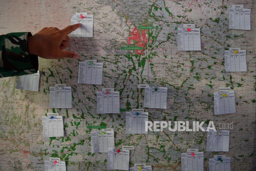 Seorang prajurit TNI AD memasang keterangan dampak gempa pada peta Kabupaten Malang di Posko Bencana Alam di Ampelgading di Kabupaten Malang, Jawa Timur, Ahad (11/4/2021). Berdasarkan data BNPB bahwa akibat gempa di Kabupaten Malang pada Sabtu (10/4) yang berkekuatan M 6,1 tersebut menyebabkan 2.848 rumah rusak yang tersebar di 16 kabupaten dan kota di wilayah Jawa Timur.