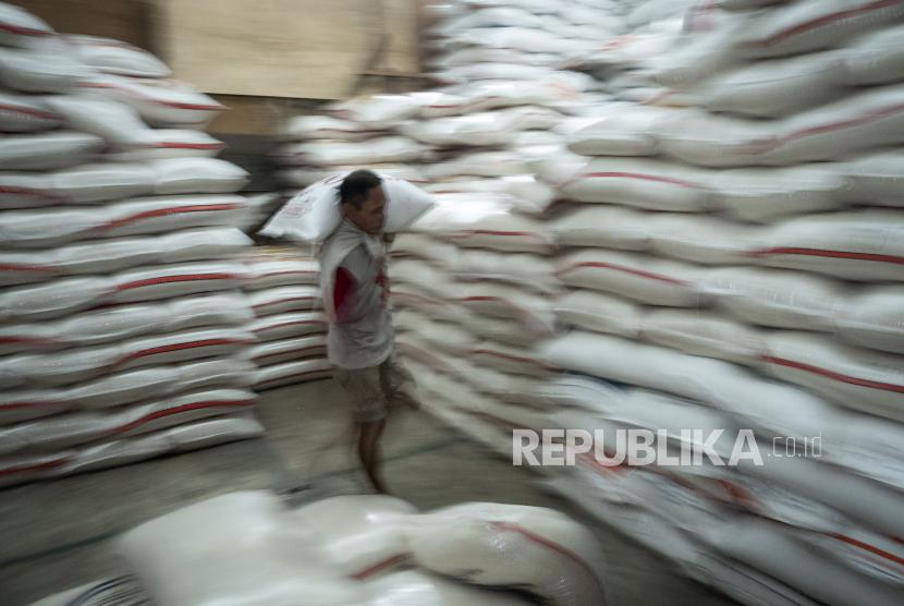 Pekerja memanggul beras
