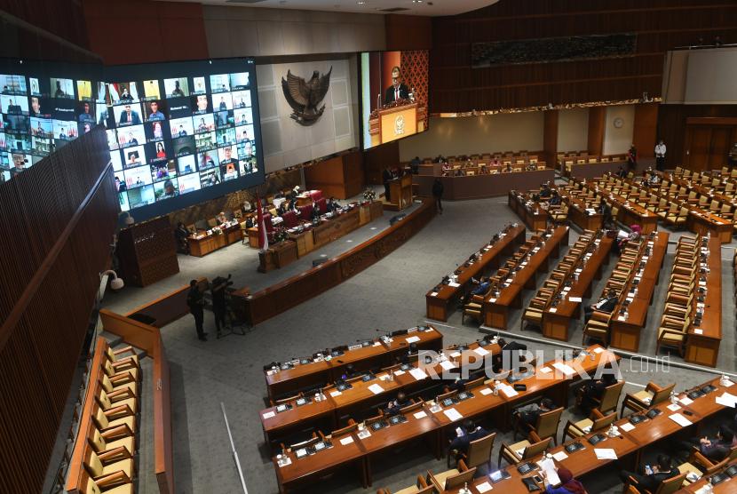 Suasana rapat paripurna pembahasan dan pengesahan RUU tentang Pertanggungjawaban Pelaksanaan APBN TA 2019 dengan kehadiran fisik dan virtual anggota parlemen di Gedung Nusantara II, Kompleks Parlemen Senayan, Jakarta, Selasa (15/9/2020). DPR menyetujui RUU P2APBN 2019 disahkan menjadi Undang-Undang.