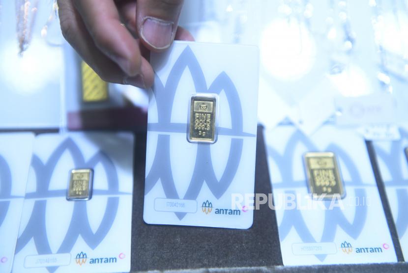 Pedagang menata emas Antam di Jakarta. Harga emas Antam pada Senin (14/6) kembali turun ke level Rp 945 ribu per gram.