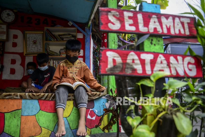 Anak-anak saat membaca buku di Bale Buku, Gang Dendrit, Cakung, Jakarta.