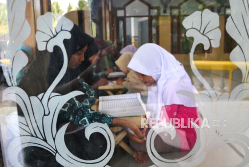 Anak-anak mengaji sore di TPA Masjid Al Falah, Lendah, Kulonprogo, Yogyakarta, Ahad (17/10).