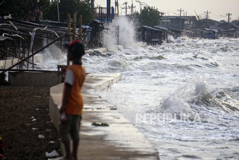 Penurunan permukaan tanah memperparah dampak kenaikan muka air laut terhadap daerah pesisir. (Foto: Pantai Utara Pekalongan, Jawa Tengah)