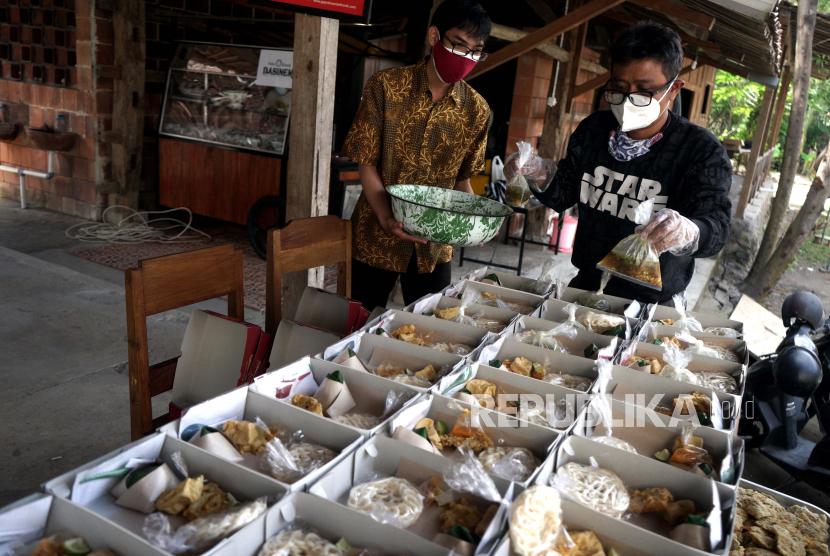 Relawan menyiapkan makanan soto yang akan diberikan kepada warga yang tengah menjalankan isolasi mandiri (isoman)