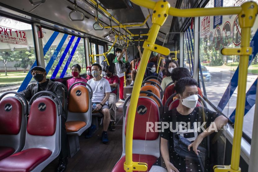 Sejumlah penumpang mengenakan masker dalam bus TransJakarta di kawasan Senayan, Jakarta