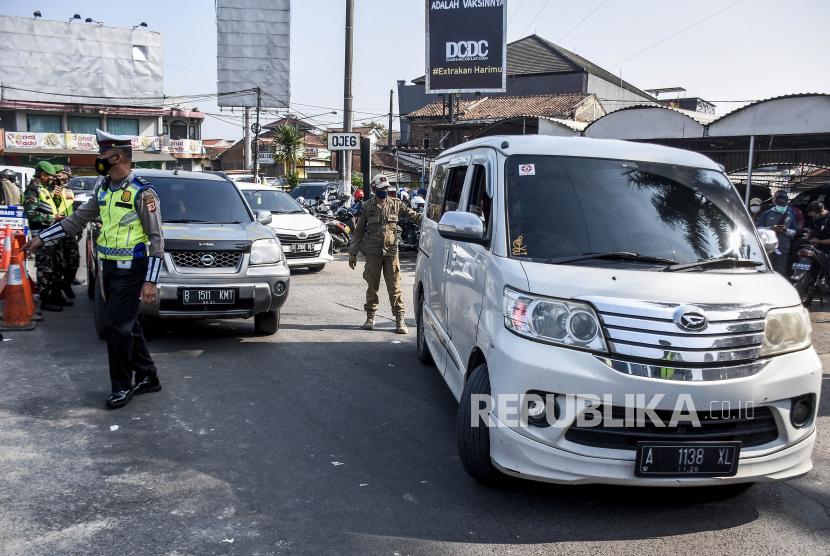 Petugas gabungan memutarbalikan kendaraan di posko penyekatan larangan mudik (ilustrasi).