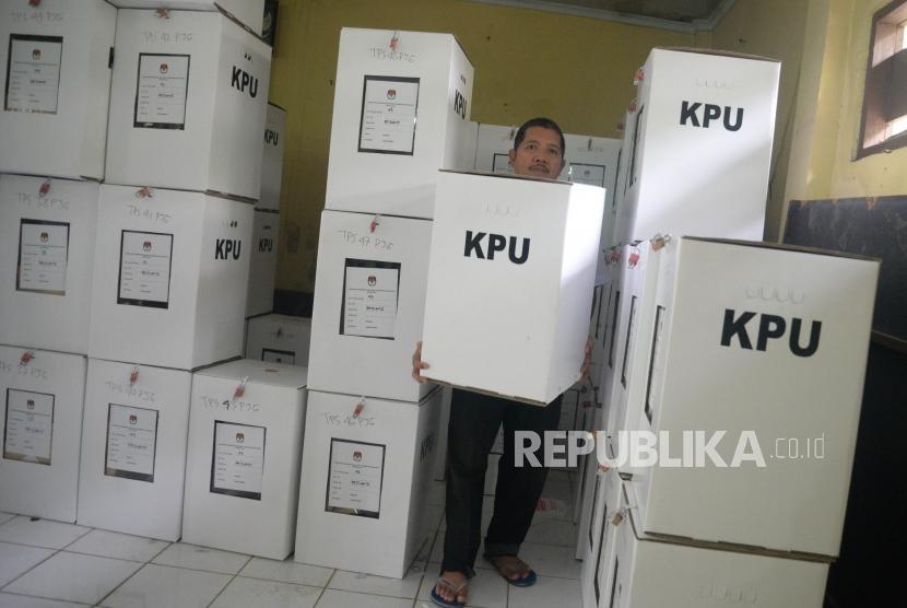 Petugas mengangkat kotak suara berisi logistik pilkada Jawa Barat 2018 untuk didistribusikan ke tempat pemungutan suara (TPS) di Kelurahan Pejuang, Kota Bekasi, Jawa Barat, Selasa (26/6).