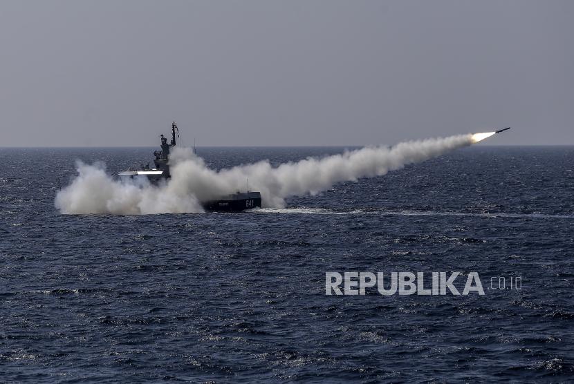 KRI Celurit-641 menembakan rudal C-705 ke target sasaran di Laut Natuna Utara, yang berbatasan dengan Laut Cina Selatan di Provinsi Kepulauan Riau, Kamis (8/4/2021).