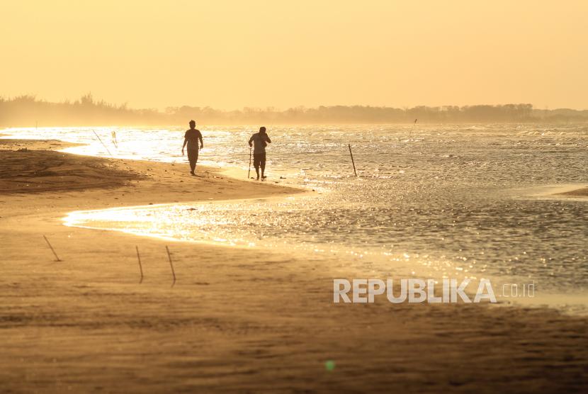 Terpuruk, Pantai Bali Indramayu Kibarkan Bendera Putih (ilustrasi).