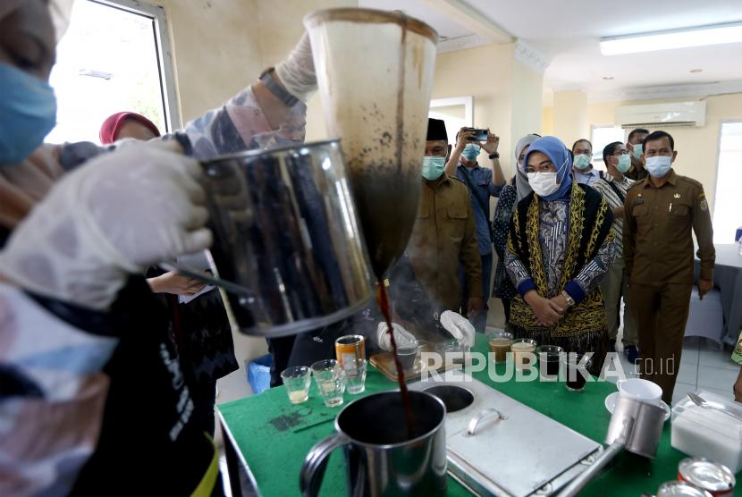 Menteri Ketenagakerjaan Ida Fauziyah (dua kanan) menyaksikan peserta pelatihan barista meracik kopi secara tradisional di Balai Latihan Kerja (BLK), Banda Aceh, Aceh, Selasa (11/1/2021). Menteri Ketenagakerjaan berharap Pemerintah Daerah memanfaatkan BLK sebagai tempat meningkatkan kemampuan tenaga kerja serta sumber daya manusia untuk meminimakan angka pengangguran.