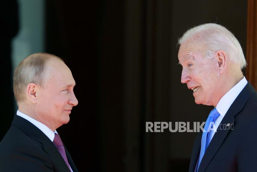 Presiden AS Joe Biden, kanan dan Presiden Rusia Vladimir Putin, bertemu, sebelum KTT AS-Rusia, di Jenewa, Swiss, Rabu, 16 Juni 2021.