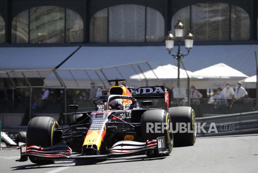 Pembalap Red Bull Max Verstappen dari Belanda mengemudikan mobilnya pada latihan bebas kedua untuk balapan Formula Satu hari Minggu, di arena pacuan kuda Monaco, di Monaco, Kamis, 20 Mei 2021.