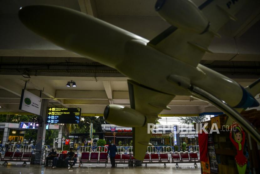 Sejumlah calon penumpang berada di Bandara Halim Perdanakusma, Jakarta Timur, Sabtu (20/3). Vaksinasi diperkirakan akan menjadi kunci pemulihan industri penerbangan akan terjadi pada 2022.